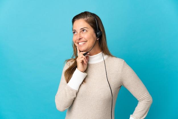 Молодая женщина телемаркетинга над изолированной