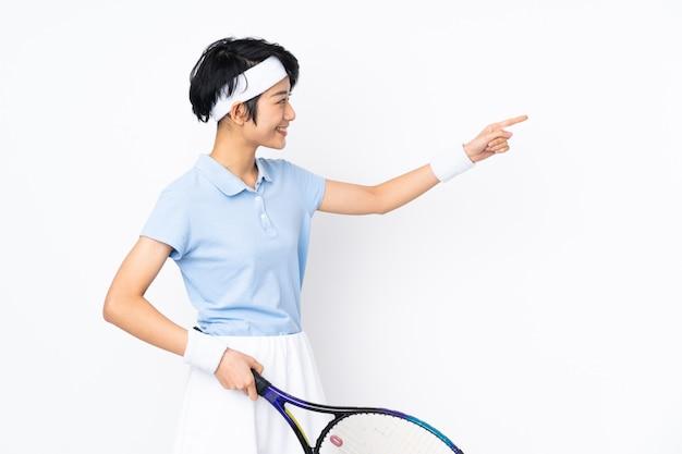Молодая женщина теннис над изолированной стеной