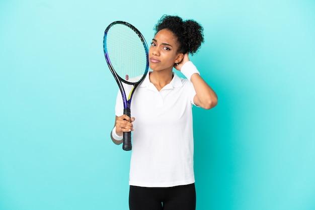 젊은 테니스 선수 여자는 의심이 파란색 배경에 고립