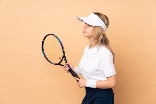 孤立した若いテニスの女性