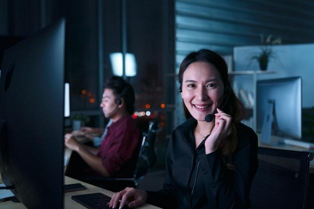 콜센터에서 야간 근무를하는 젊은 태국 아시아 고객 서비스 관리 사업자