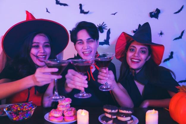 Молодые тайские люди в костюмах празднования хэллоуина.