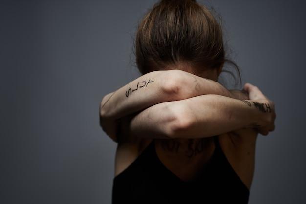 体への侮辱を持つ若い薄い女性