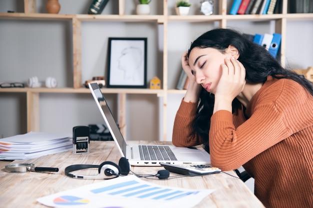 컴퓨터에서 작업 젊은 피곤 된 비즈니스 우먼