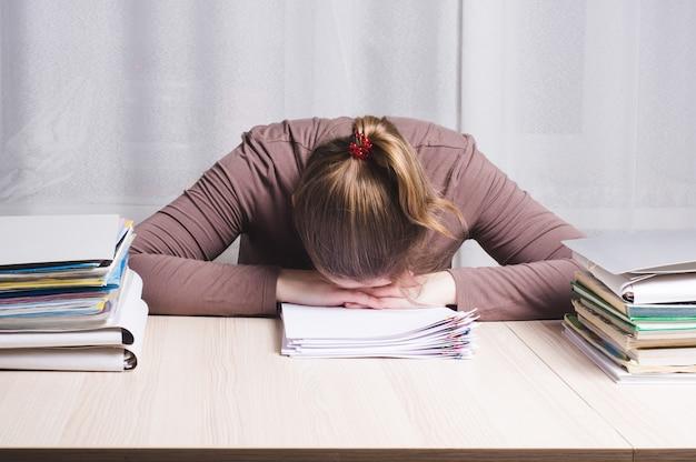 집에서 사무실 책상 자에서 젊은 피곤 된 여자 프리랜서