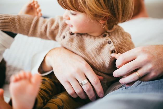 父の手の中の若い幼児