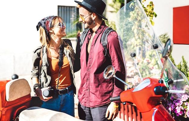 젊은 관광 부부 스쿠터 오토바이 타고 함께 재미-소식통 남자가 아름다운 여자 친구와 야외에서 재미-봄 날에 행복한 여행 분위기와 라이프 스타일 개념