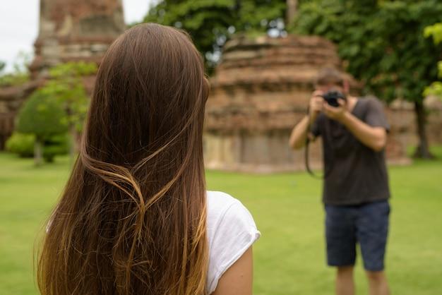 아유타야, 태국에서 함께 휴가를 보내고 젊은 관광객 부부