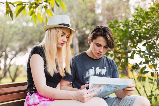 屋外で休日に旅行する若い観光カップル