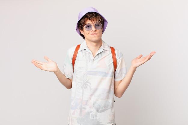 困惑し、混乱し、疑う若い観光客の男