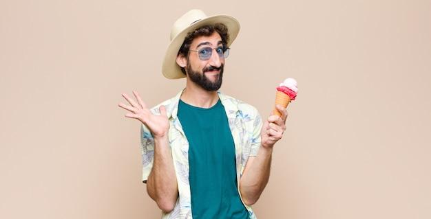 Молодой турист с мороженым