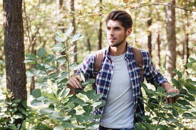 숲에서 젊은 관광 남자입니다.