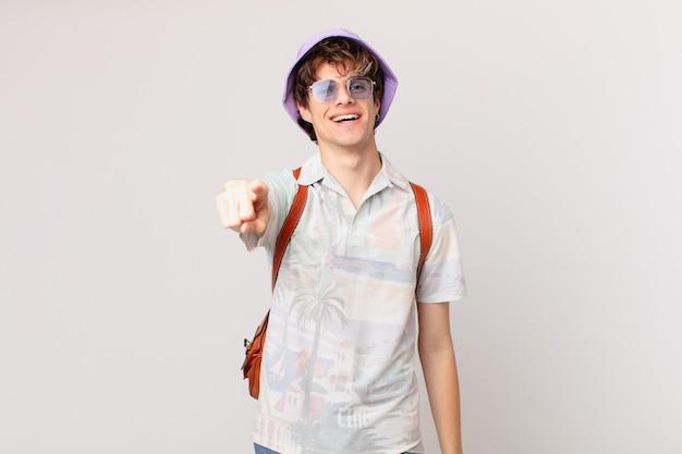 あなたを選ぶカメラを指している若い観光客の男