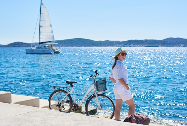 自転車で海の近くの若い観光客