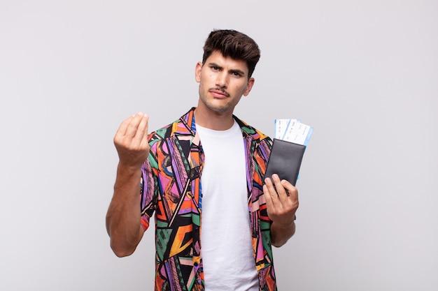 여권을 들고 빚을 갚으라고 말하는 젊은 관광객!