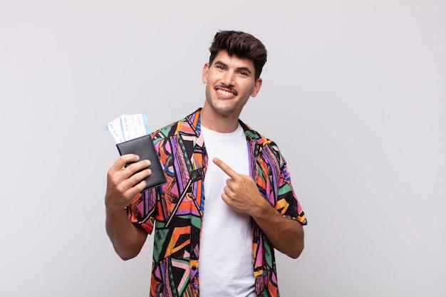 陽気な笑顔のパスポートを持つ若い観光客