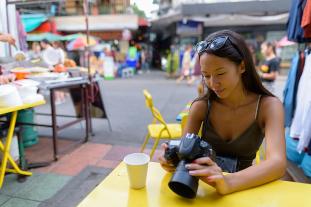 バンコクの街を探索する若い観光客の女性