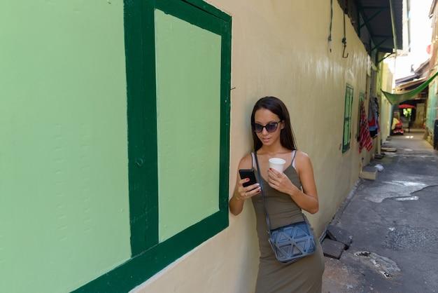 Молодая туристическая женщина, изучающая город бангкок