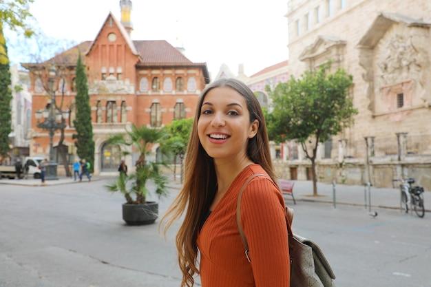 Молодая туристическая женщина посещает город валенсия, испания