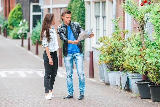 유럽 도시에서 지도를 보고 있는 젊은 관광객 커플