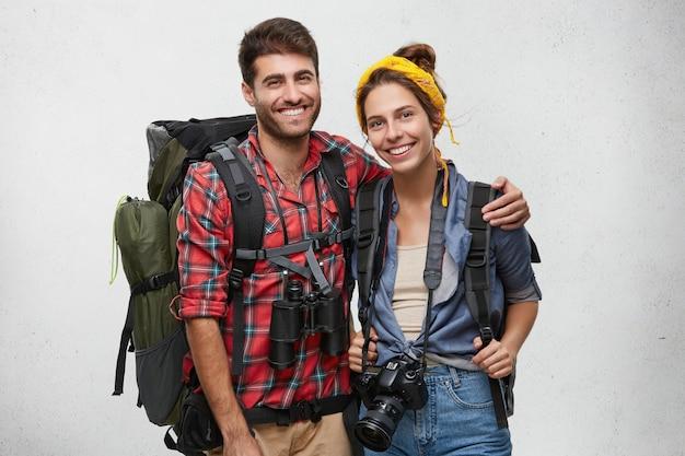 Пара молодых туристов с оборудованием