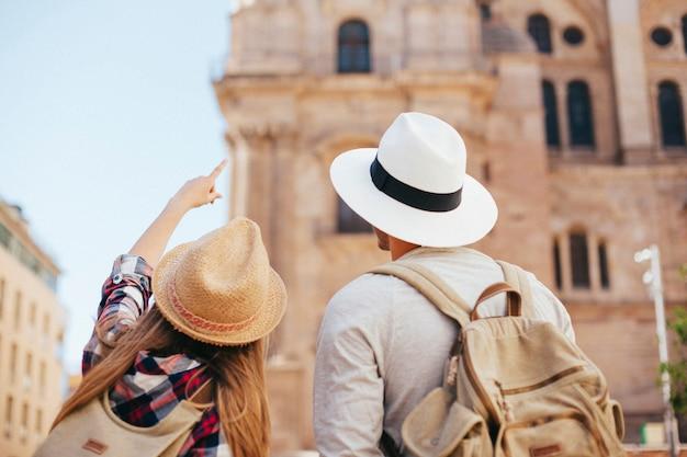 Молодые туристы, открывающие город