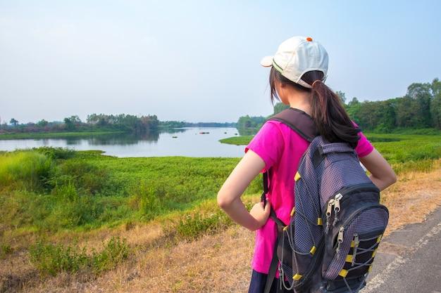Молодые туристы природа