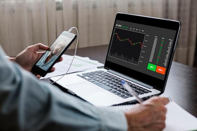 Молодой торговый предприниматель человек, имеющий видеозвонок со своим партнером на ноутбуке