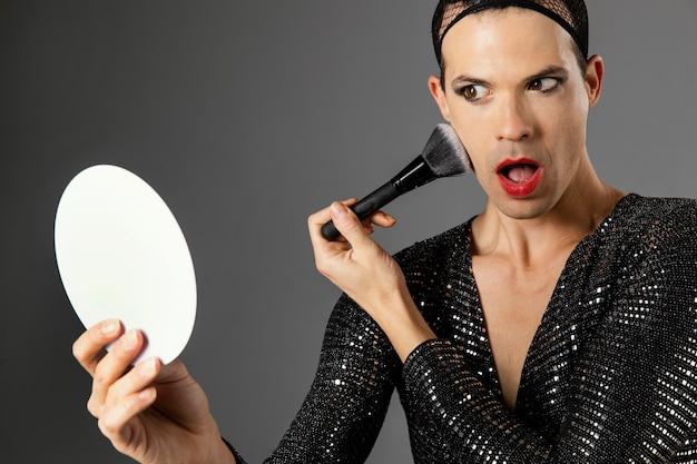 鏡を見ている若いトランスジェンダーの人