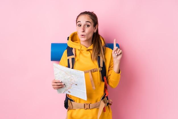 いくつかの素晴らしいアイデア、創造性の概念を持って孤立した若い旅行者の白人女性。