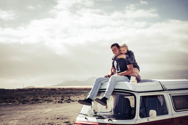 若い旅行者のカップルは彼らの周りの風光明媚な空間を楽しんでいます-世界を発見し、人々と自然への愛を楽しんでください-幸せは一緒に旅行のようなミレニアル世代の男性と女性を探します