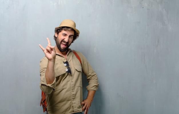 젊은 여행자 남자 노래 바위, 춤, 소리, 반항, 화가 방법으로 몸짓.