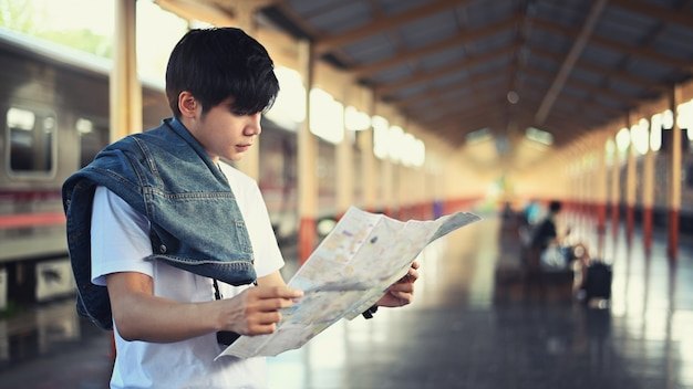 기차역에서지도 읽는 젊은 여행자