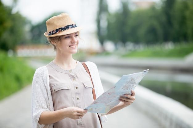 지도에서 명소를 확인하는 젊은 여행자 여자