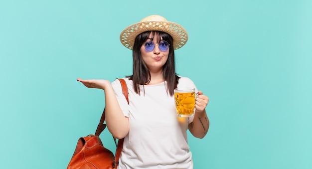 Молодая женщина-путешественница чувствует себя озадаченной и сбитой с толку, сомневаясь, взвешивая или выбирая разные варианты со смешным выражением лица