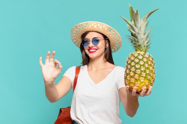 Молодой путешественник женщина счастливым выражением и держит ананас