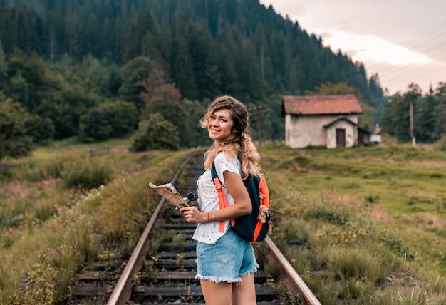 Женщина молодой путешественник на железной дороге
