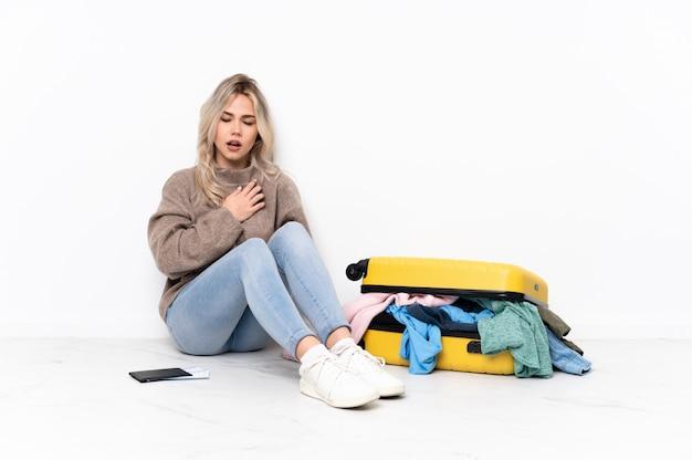 Молодая женщина путешественника над изолированной стеной