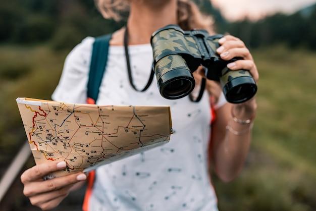 Молодой путешественник женщина с картой на железной дороге