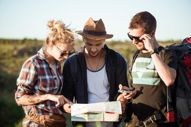 Юные путешественники ищут маршрут на карте, гуляют в каньоне