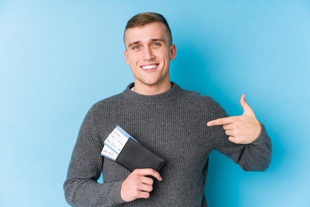 搭乗券を持っている若い旅行者の男性