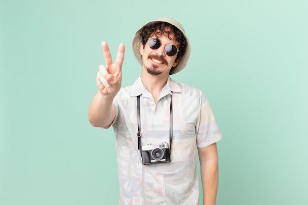 若い旅行者の観光客は笑顔で幸せそうに見え、勝利または平和を身振りで示す