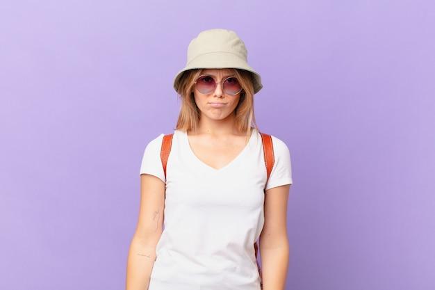 不幸な表情と泣き悲しみと泣き言を感じる若い旅行者観光客の女性