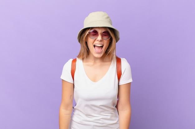 非常に怒っているように積極的に叫んで若い旅行者観光客の女性 Premium写真
