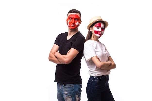 Молодой тунис и хорватский футбольный болельщик, изолированные на белой стене