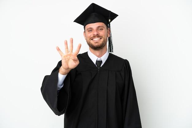 Молодой бразильский выпускник университета изолирован на белом фоне счастлив и считает четыре пальцами