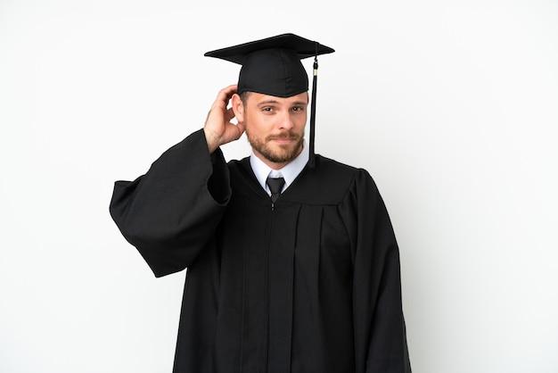 疑いを持って白い背景に孤立した若い大学ブラジルの卒業生
