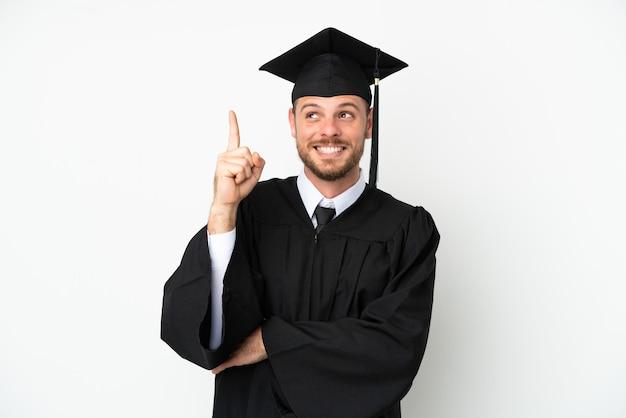 좋은 아이디어를 가리키는 흰색 배경에 고립 된 젊은 대학 브라질 졸업생