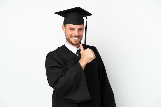 誇りと自己満足の白い背景に分離された若い大学ブラジルの卒業生