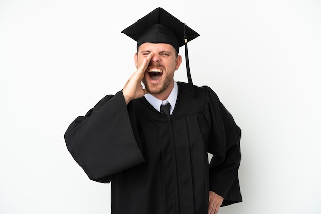 口を大きく開いて叫んで白い背景で隔離の若い大学ブラジルの卒業生